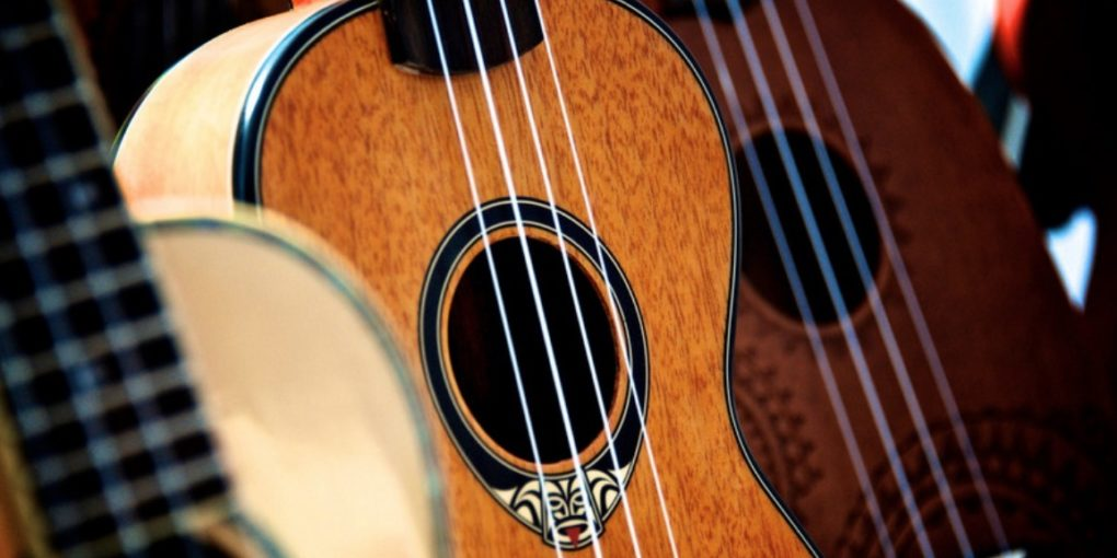 Jouer du ukulele